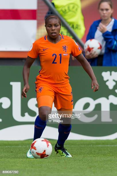 Lineth Beerensteyn of the Netherlands controls the ball during their Group A match between Netherlands and Norway during the UEFA Women's Euro 2017...