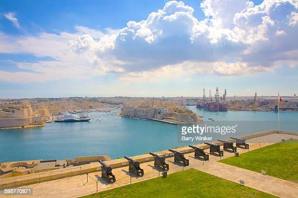 line-up of cannons facing grand harbour, valletta - barry crane stock-fotos und bilder