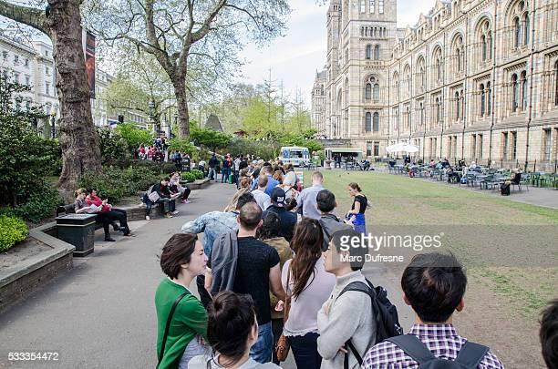 Ligne de personnes en attente pour visiter le musée d'histoire naturelle