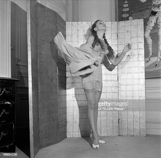 Lingerie In 1956 En 1956 une jeune femme coiffée de nattes se déshabille devant un paravent Sous sa jupe elle porte un ensemble de sous vêtements...