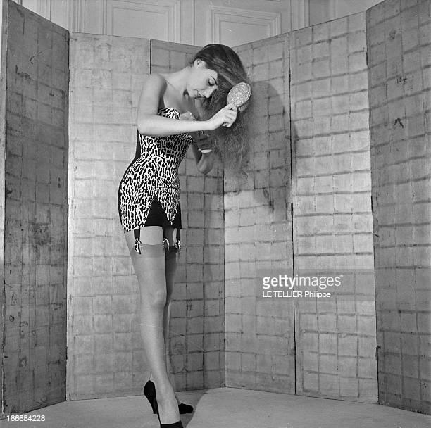 Lingerie In 1956 En 1956 une jeune femme se brossant les cheveux devant un paravent porte un sous vêtement bustier en tissu imitant la peau de...