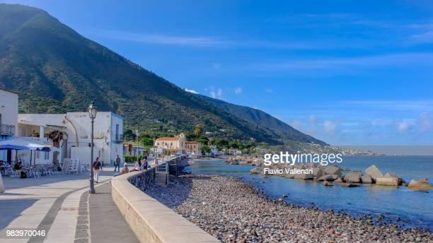 lingua promenade, salina (sicily, italy) - isole eolie foto e immagini stock