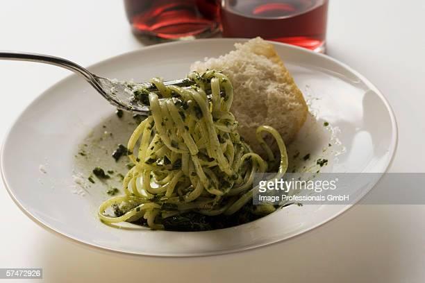 Linguine with pesto, white bread and red wine