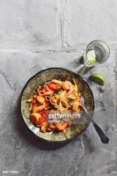 linguine mit tomatensauce und garnelen - soße stock-fotos und bilder