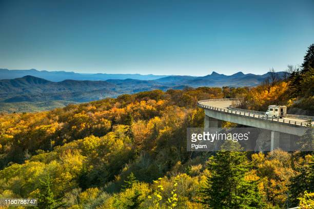 parkway azul de ridge do viaduct de linn cove no outono - parque nacional das great smoky mountains - fotografias e filmes do acervo