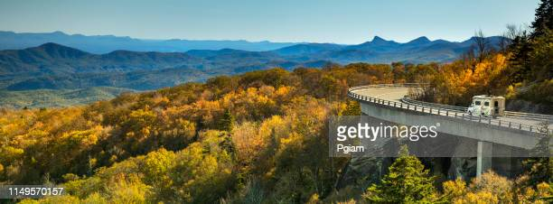 panorama do viaduct de linn cove no parkway azul do cume no outono - parque nacional das great smoky mountains - fotografias e filmes do acervo