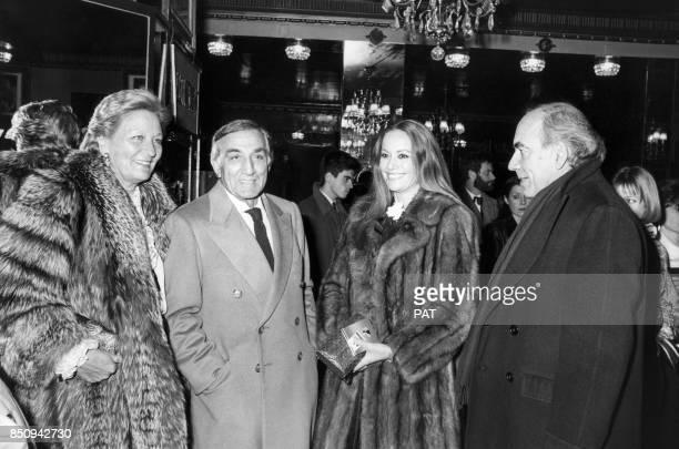 Lino Ventura et son épouse Odette avec le réalisateur Jacques Deray et Claudine Auger lors d'une première circa 1980 à Paris France