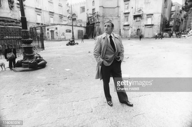 Lino Ventura lors du tournage du film 'Cadavres exquis' réalisé par Francesco Rosi à Naples le 15 avril 1975 Italie