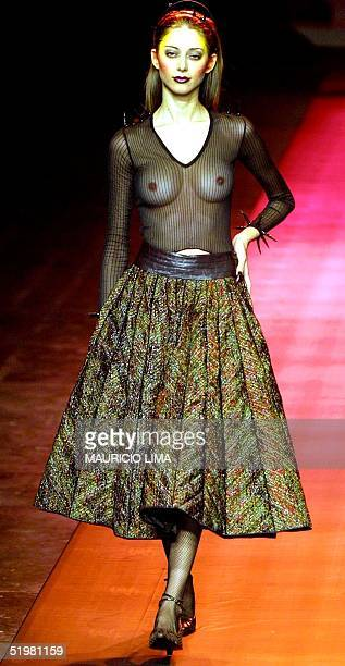 Lino Villaventura model presents a design during the Sao Paulo Fashion Week Sao Paulo Brazil 03 February 2001 Una modelo desfila por la marca Lino...