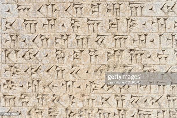 Linscription de Behistun est une inscription monumentale décrivant les conquêtes de Darius Ier en trois langues le vieuxpersan lélamite et lakkadien...