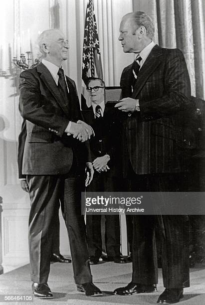 Linus Pauling receiving the 1974 National Medal of Science from President Ford 1975 Linus Pauling American chemist won the 1954 and 1962 Nobel Prize...