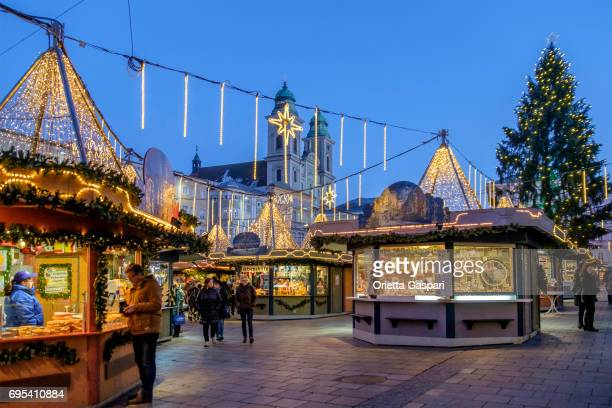 linz at christmas, the hauptplatz - austria - linz stock pictures, royalty-free photos & images