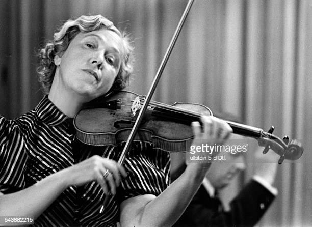 Linz Martha Musician Violin Germanyportait with violin Photographer Ullmann Published by 'Hier Berlin' 30/1940Vintage property of ullstein bild