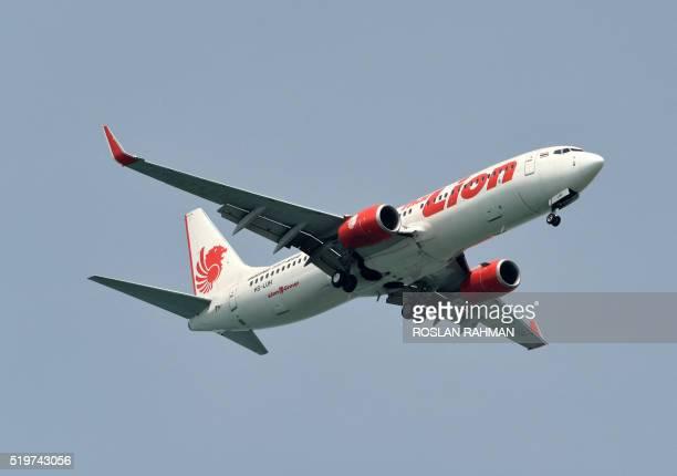 A Lion Air boeing 737800 plane prepares to land at Changi International airport in Singapore on April 8 2016 / AFP / ROSLAN RAHMAN
