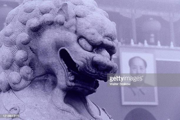 lion and mao zedong,  beijing, china - partido comunista chino fotografías e imágenes de stock