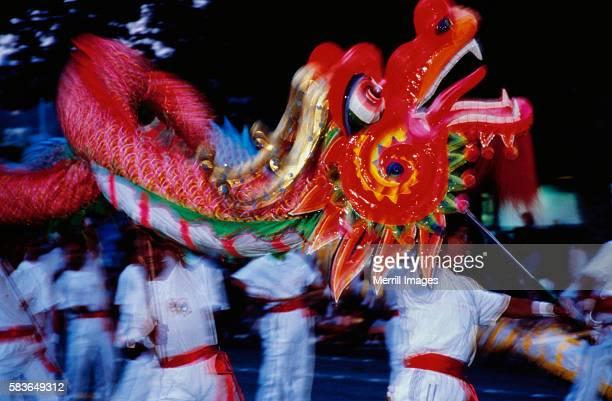lion dance during chinese new year - desfiles e procissões - fotografias e filmes do acervo