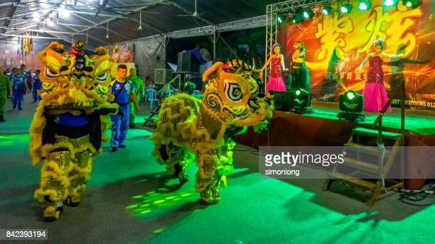 lion dancing in the hungry ghost festival - hungry ghost festivals in malaysia foto e immagini stock