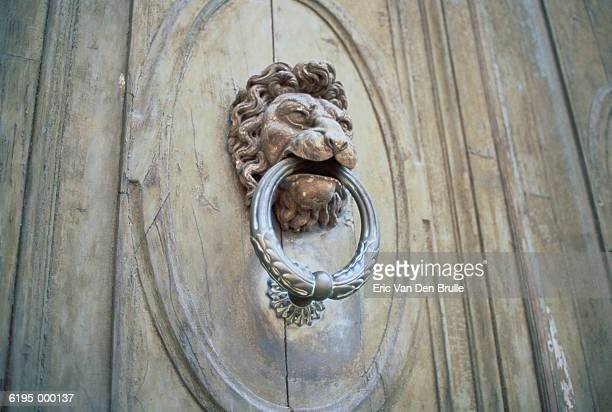lion knocker on door - eric van den brulle stock pictures, royalty-free photos & images