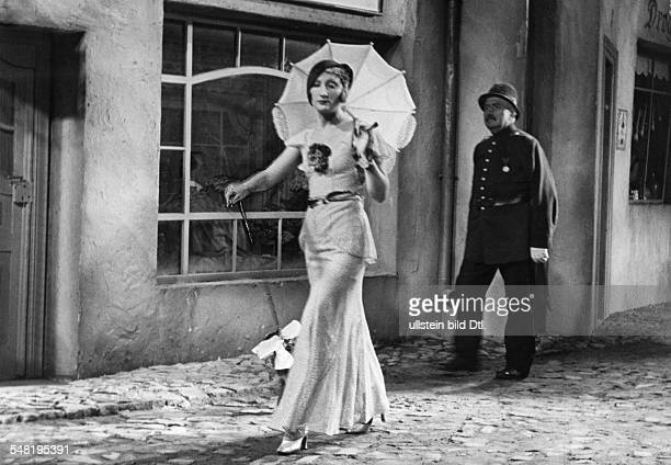 Lion Margo Cabaret Artist Singer Actress France *29021899 Scene from the movie 'Die Koffer des Herrn OF' in the role of Viola Volant Directed by...
