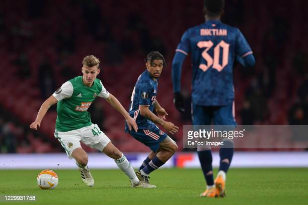 Lion Schuster of Rapid Vienna and Reiss Nelson of Arsenal battle for the ball during the UEFA Europa League Group B stage match between Arsenal FC...