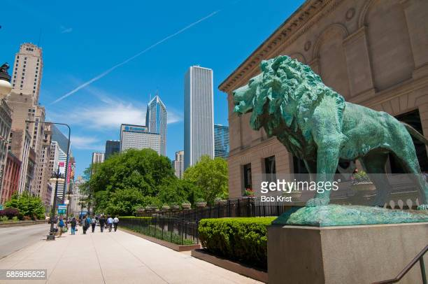 lion statue at the art institute of chicago - art institute of chicago stock pictures, royalty-free photos & images