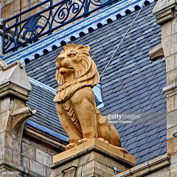 CONTENT] Lion statue on top of building in London