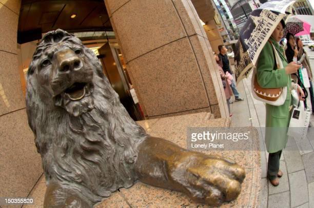 lion statue outside mitsukoshi department store, ginza. - isetan mitsukoshi holdings stock pictures, royalty-free photos & images