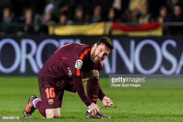 Lionel Andres Messi of FC Barcelona ties his shoelaces during the La Liga 201718 match between Villarreal CF and FC Barcelona at Estadio de la...