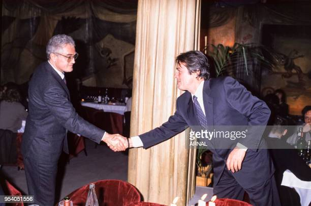 Lionel Jospin et Alain Delon lors d'une soirée au Palace à Paris en novembre 1988 France