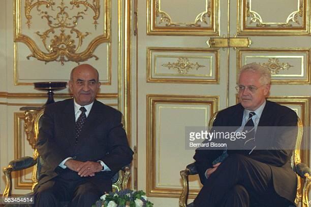 Lionel Jospin receives Abderrahmane Youssoufi at the Matignon