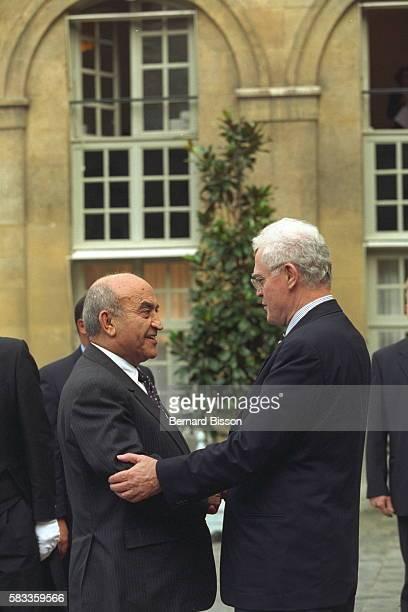 Lionel Jospin welcomes Abderrahmane Youssoufi at the Matignon