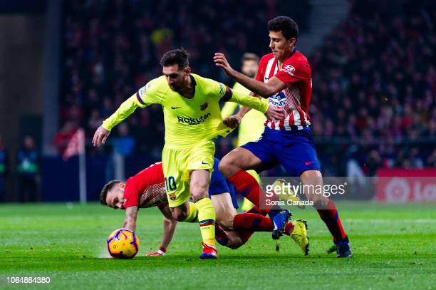 Lionel Messi #10 of FC Barcelona in action during the La Liga match between Club Atletico Madrid and FC Barcelona at Wanda Metropolitano on November...