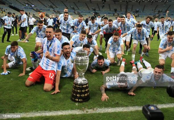 Lionel Messi, Alejandro Gomez, Sergio Agüero, Rodrigo De Paul, Agustín Marchesin of Argentina celebrate with the trophy after winning the final of...