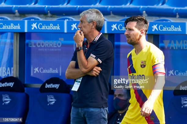 Lionel Messi and Quique Setien head coach of FC Barcelona looks on during the Liga match between Deportivo Alaves and FC Barcelona at Estadio de...