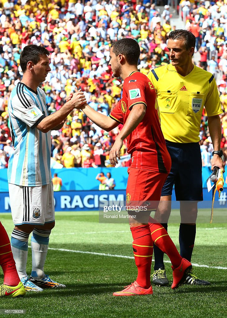 ¿Cuánto mide Eden Hazard? - Altura y peso - Real height and weight Lionel-messi-of-argentina-and-eden-hazard-of-belgium-shake-hands-to-picture-id451729328