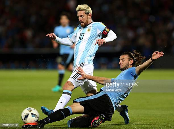 Lionel Messi of Argentina dribbles Gaston Silva of Uruguay during a match between Argentina and Uruguay as part of FIFA 2018 World Cup Qualifiers at...