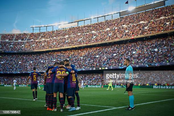 Lionel Messi of Barcelona celebrates with his teammates after scoring the first goal during the Group B match of the UEFA Champions League between FC...