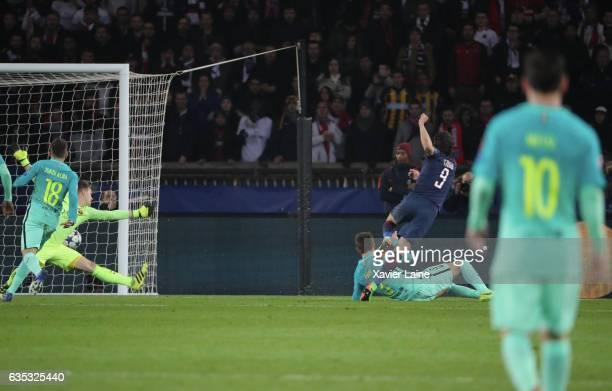 Lionel Messi of Barcelona FC watch Edinson Cavani of Paris SaintGermain score a goal during the UEFA Champions League Round of 16 first leg match...