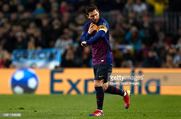 Lionel Messi of Barcelona puts on the captains armband during the UEFA Champions League Group B match between FC Barcelona and Tottenham Hotspur at...