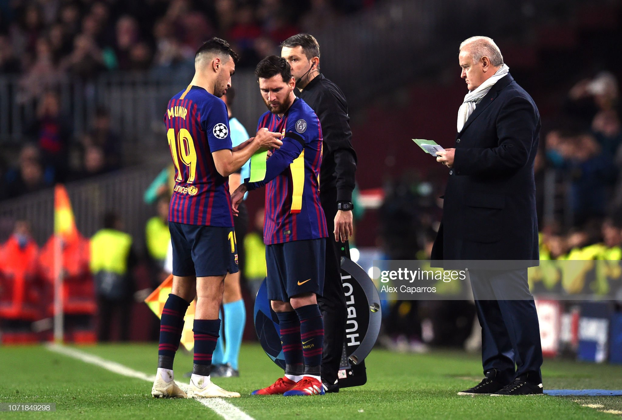 ¿Cuánto mide Munir El Haddadi? - Altura - Real height - Página 4 Lionel-messi-of-barcelona-replaces-munir-el-haddadi-as-a-substitute-picture-id1071849298?s=2048x2048
