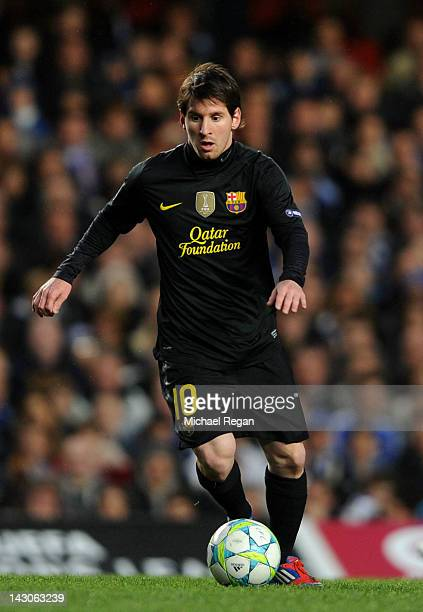 Lionel Messi of Barcelona runs with the ball during the UEFA Champions League Semi Final first leg match between Chelsea and Barcelona at Stamford...