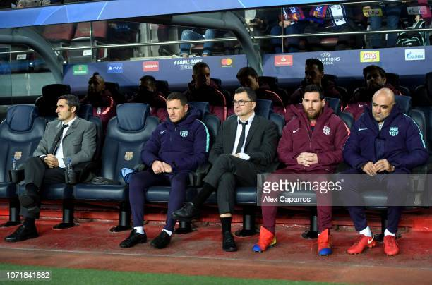 Lionel Messi of Barcelona sits on the bench alongside Ernesto Valverde, Manager of Barcelona and staff prior to the UEFA Champions League Group B...