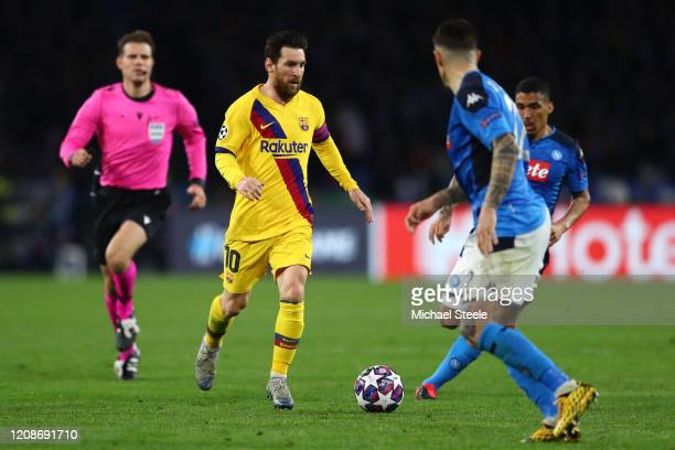 Lionel Messi of Barcelona tracked by Giovanni Di Lorenzo and Allan of Napoli during the UEFA Champions League round of 16 first leg match between SSC...