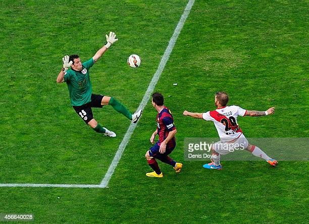 Lionel Messi of FC Barcelona beats Tono Rodriguez of Rayo Vallecano de Madrid to score his team's opening goal during the La Liga match between Rayo...