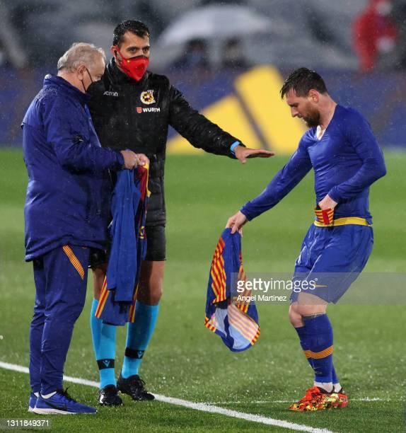 Lionel Messi of FC Barcelona changes his shirt during the La Liga Santander match between Real Madrid and FC Barcelona at Estadio Alfredo Di Stefano...