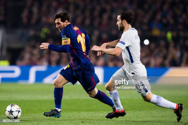 Lionel Messi of FC Barcelona conducts the ball under pressure from Cesc Fabregas of Chelsea FC during the UEFA Champions League Round of 16 Second...