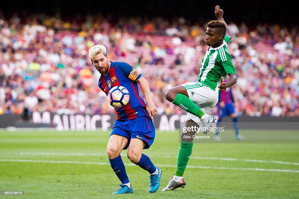 Lionel Messi (L) of FC Barcelona controls the ball next to Charly Musonda of Real Betis Balompie during the La Liga match between FC Barcelona and Real Betis Balompie at Camp Nou on August 20, 2016 in Barcelona, Spain.