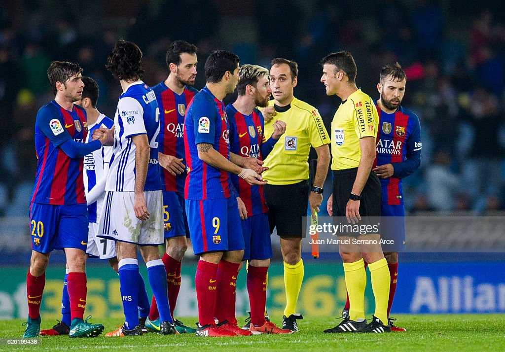 Lionel Messi of FC Barcelona discusses with a referee during the La Liga match between Real Sociedad de Futbol and FC Barcelona at Estadio Anoeta on November 27, 2016 in San Sebastian, Spain.
