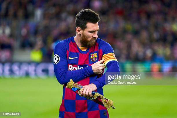 Lionel Messi of FC Barcelona dresses on the captain armbrand prior to the UEFA Champions League group F match between FC Barcelona and Slavia Praha...