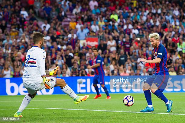 Lionel Messi of FC Barcelona dribbles goalkeeper Emiliano Viviano of UC Sampdoria and scores his team's second goal during the Joan Gamper trophy...